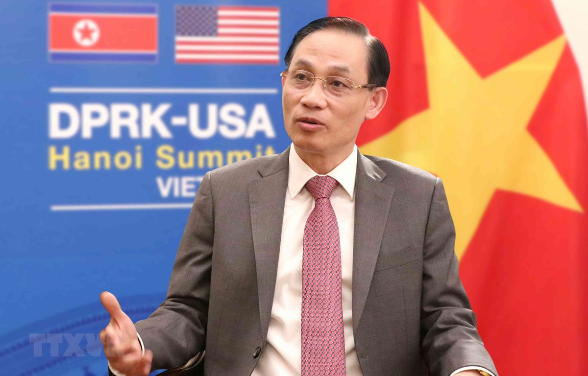 Thứ trưởng Bộ Ngoại giao Lê Hoài Trung trả lời phỏng vấn các cơ quan Thông tấn, báo chí. (Ảnh: Văn Điệp/TTXVN)
