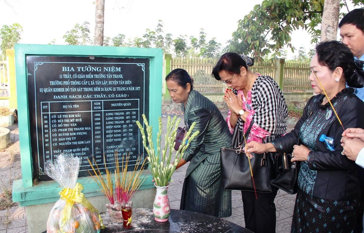 Các đại biểu viếng thăm Khu chứng tích tội ác quân Khmer đỏ Pol Pot-Ieng Sary tại xã Tân Lập. (Ảnh: Thanh Tân/TTXVN)