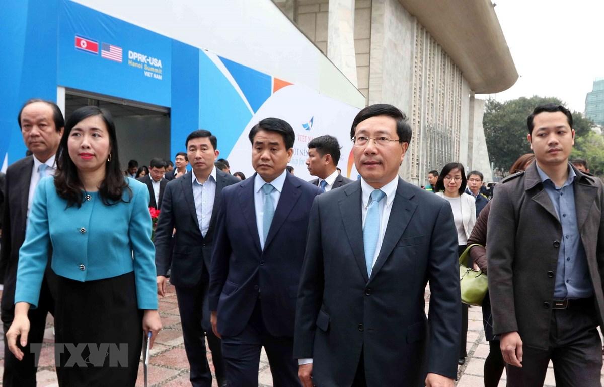 Bà Lê Thị Thu Hằng (áo xanh) cùng Phó Thủ tướng, Bộ trưởng Bộ Ngoại giao Phạm Bình Minh và các đại biểu dự Lễ khai trương Trung tâm Báo chí quốc tế phục vụ Hội nghị Thượng đỉnh Mỹ-Triều Tiên lần thứ hai. (Ảnh: Văn Điệp/TTXVN)