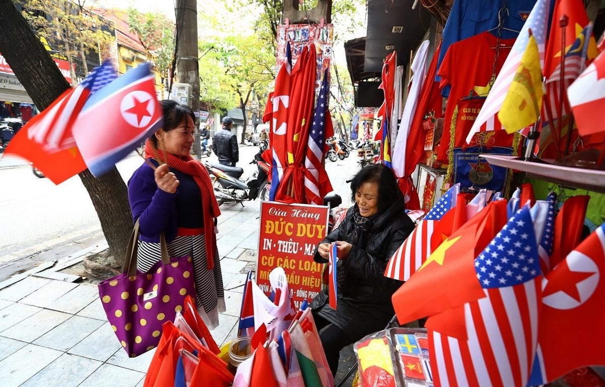 Trong ảnh: Khách du lịch mua cờ các nước trên phố Hàng Bông (Hà Nội). (Ảnh: Minh Quyết/TTXVN)