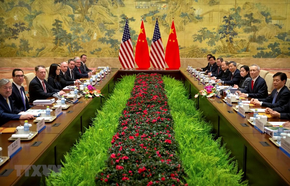 Phó Thủ tướng Trung Quốc Lưu Hạc (thứ 2, phải) cùng Đại diện Thương mại Mỹ Robert Lighthizer (thứ 3, trái) và Bộ trưởng Tài chính Mỹ Steven Mnuchin (thứ 2, trái) tại vòng đàm phán thương mại cấp cao Mỹ-Trung Quốc tại Bắc Kinh ngày 14/2. (Nguồn: AFP/TTXVN)