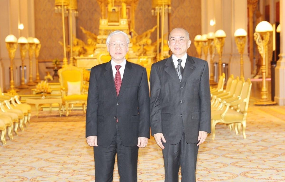 Tổng Bí thư, Chủ tịch nước Nguyễn Phú Trọng và Quốc vương Campuchia Norodom Sihamoni chụp ảnh chung. (Ảnh: Trí Dũng/TTXVN)