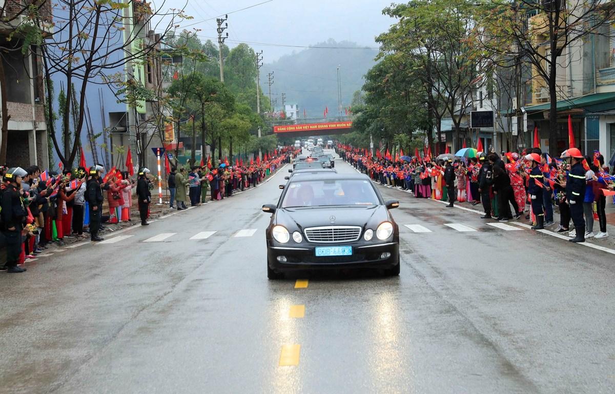 Đoàn xe của Chủ tịch Triều Tiên Kim Jong-un và đoàn Triều Tiên rời ga Đồng Đăng (Lạng Sơn) về Hà Nội trong sự chào đón nồng nhiệt của hàng nghìn người dân Lạng Sơn đứng hai bên đường vẫy cờ hai nước Việt Nam-Triều Tiên. (Ảnh: Nhan Sáng/TTXVN)