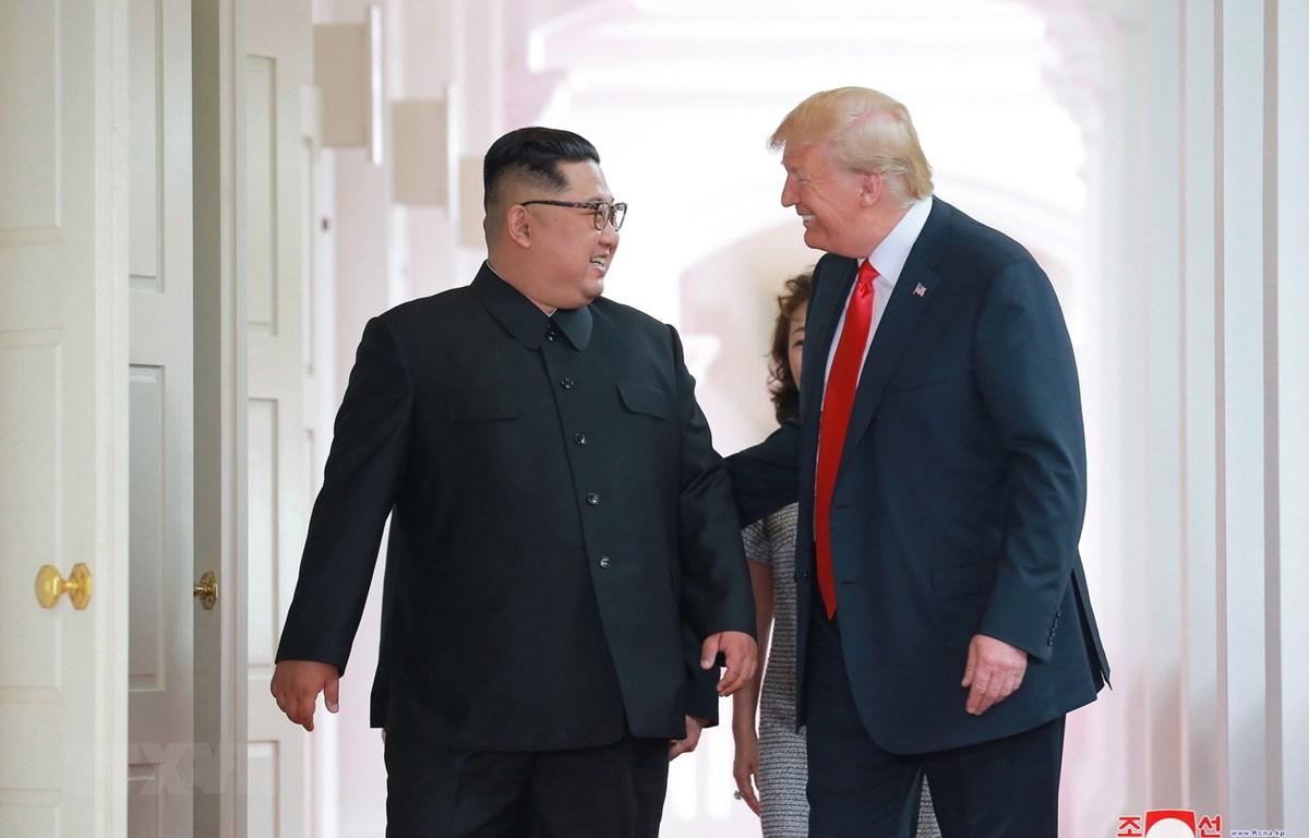 Trong ảnh (do Hãng thông tấn Trung ương Triều Tiên đăng phát): Nhà lãnh đạo Triều Tiên Kim Jong-un (trái) trong cuộc gặp thượng đỉnh với Tổng thống Mỹ Donald Trump tại Singapore ngày 12/6/2018. (Nguồn: EPA/TTXVN)