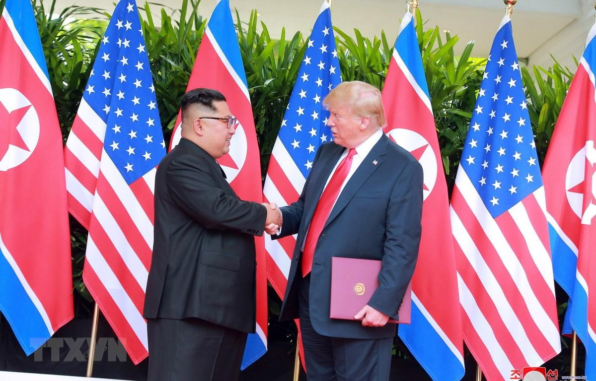 Nhà lãnh đạo Triều Tiên Kim Jong-un (trái) trong cuộc gặp thượng đỉnh với Tổng thống Mỹ Donald Trump tại Singapore ngày 12/6/2018. (Nguồn: EPA/TTXVN)