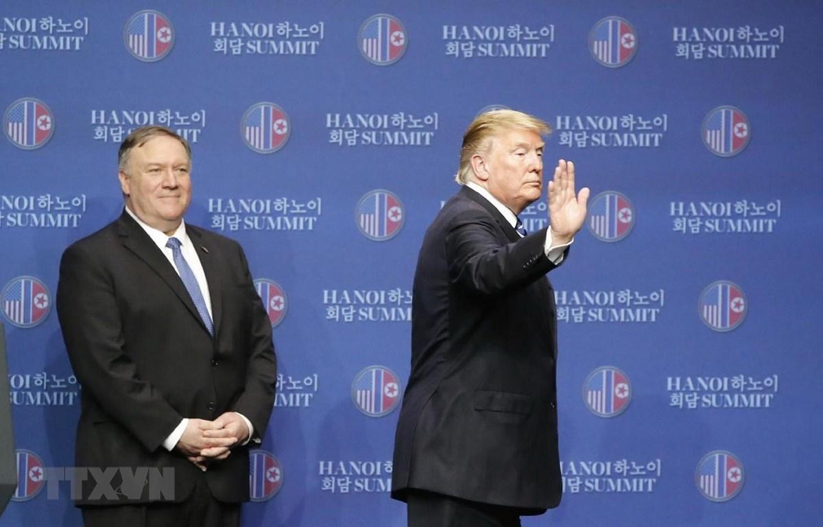 Trong ảnh: Tổng thống Mỹ Donald Trump kết thúc cuộc họp báo lúc 14 giờ 50 phút. (Ảnh: Lâm Khánh/TTXVN)