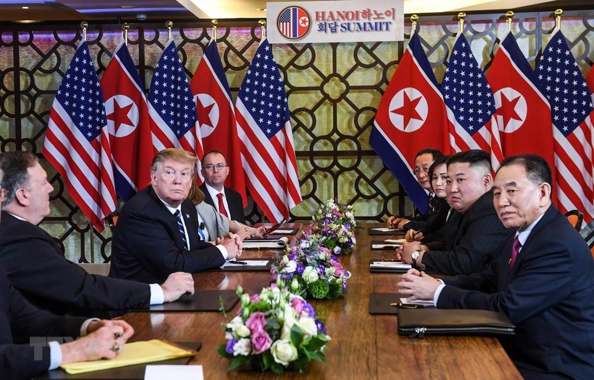 Tổng thống Mỹ Donald Trump (thứ 3, trái) và Chủ tịch Triều Tiên Kim Jong-un (thứ 2, phải) tại cuộc họp mở rộng với các quan chức hai nước trong ngày thứ hai của Hội nghị thượng đỉnh Mỹ-Triều lần hai ở Hà Nội, ngày 28/2. (Nguồn: AFP/TTXVN)