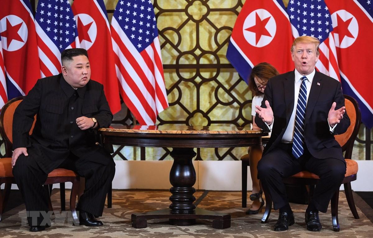 Tổng thống Mỹ Donald Trump (phải) và Chủ tịch Triều Tiên Kim Jong-un trong cuộc gặp riêng tại ngày làm việc thứ hai của Hội nghị thượng đỉnh Mỹ-Triều lần hai ở Hà Nội, ngày 28/2/2019. (Ảnh: AFP/TTXVN)