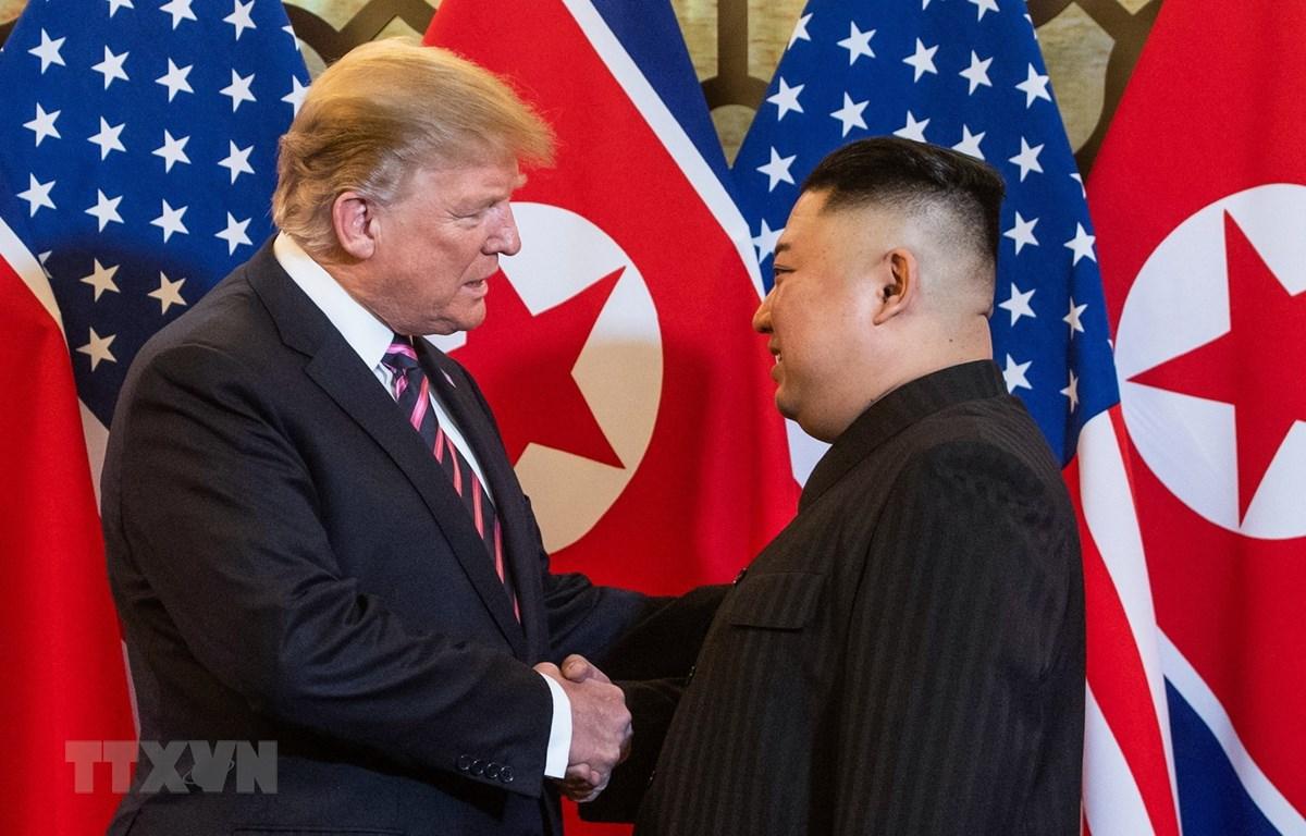 Cái bắt tay lịch sử giữa Tổng thống Mỹ Donald Trump (trái) và Chủ tịch Triều Tiên Kim Jong-un tại Hội nghị thượng đỉnh Mỹ-Triều lần hai ở Hà Nội ngày 27/2. (Nguồn: AFP/TTXVN)