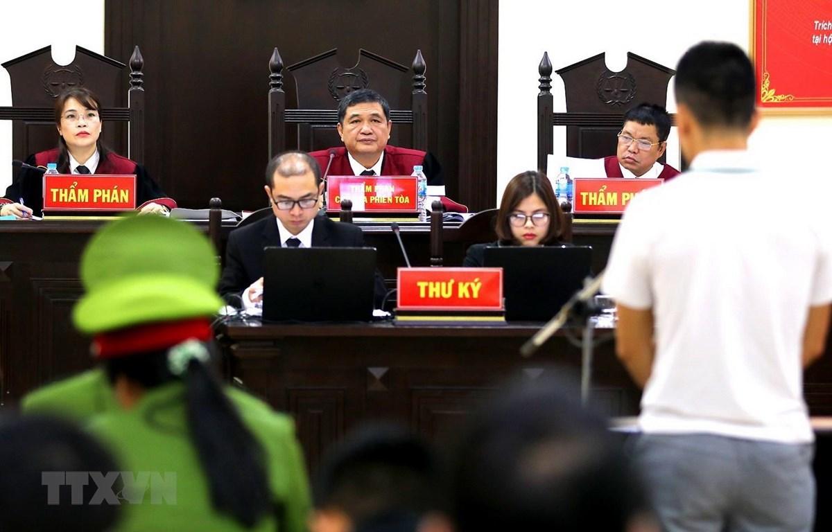 Chủ tọa phiên tòa Nguyễn Vinh Quang xét hỏi các bị cáo. (Ảnh: Trung Kiên/TTXVN)