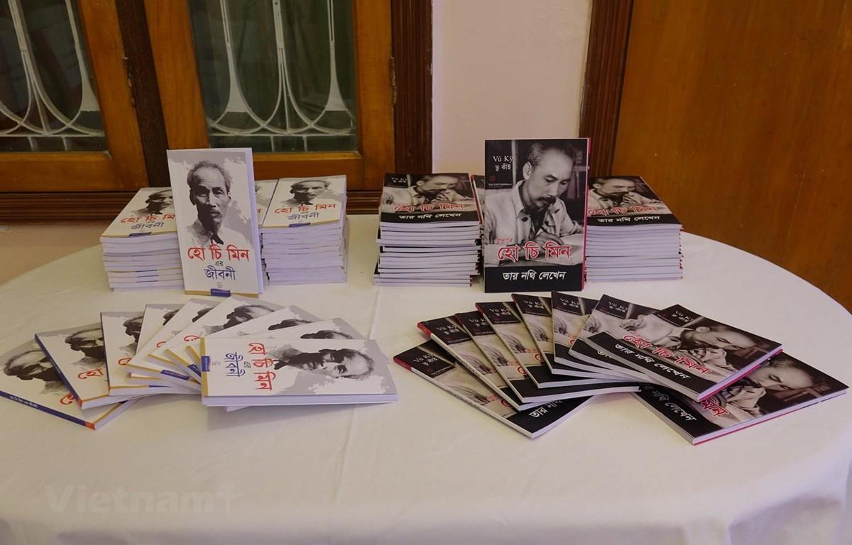 Cuốn sách 'Tiểu sử Hồ Chí Minh' và cuốn sách 'Bác Hồ viết Di chúc' dịch sang tiếng Bengal. (Ảnh: Huy Lê/Vietnam+)