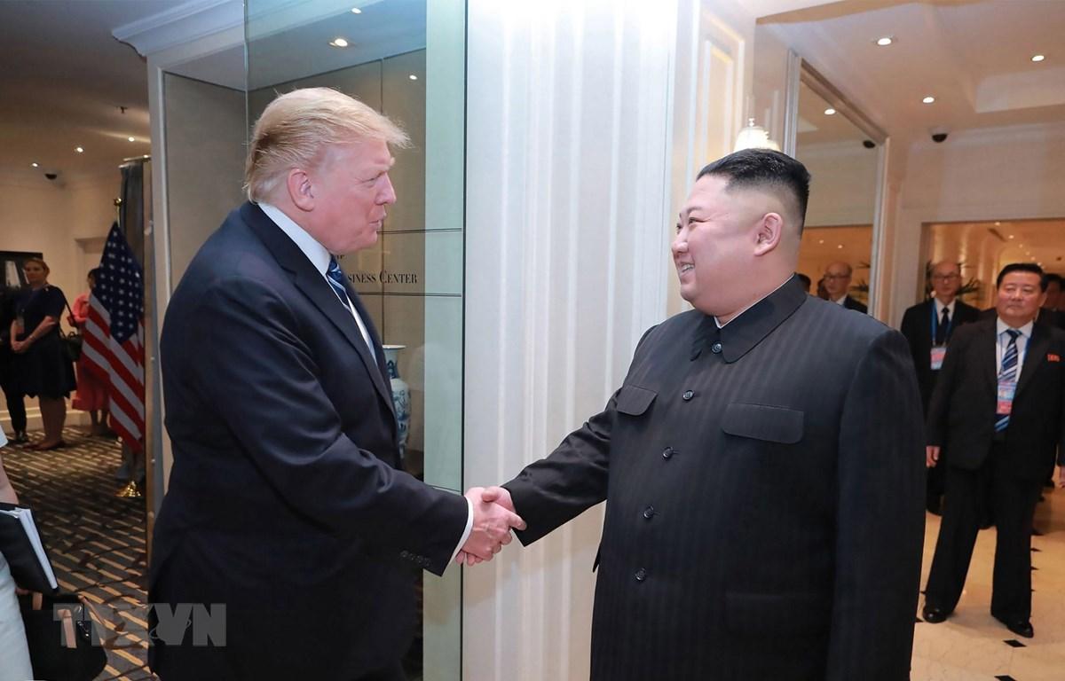 Chủ tịch Triều Tiên Kim Jong-un (phải) và Tổng thống Mỹ Donald Trump tại Hội nghị thượng đỉnh Mỹ-Triều lần thứ hai ở Hà Nội, ngày 28/2. (Nguồn: AFP/TTXVN)