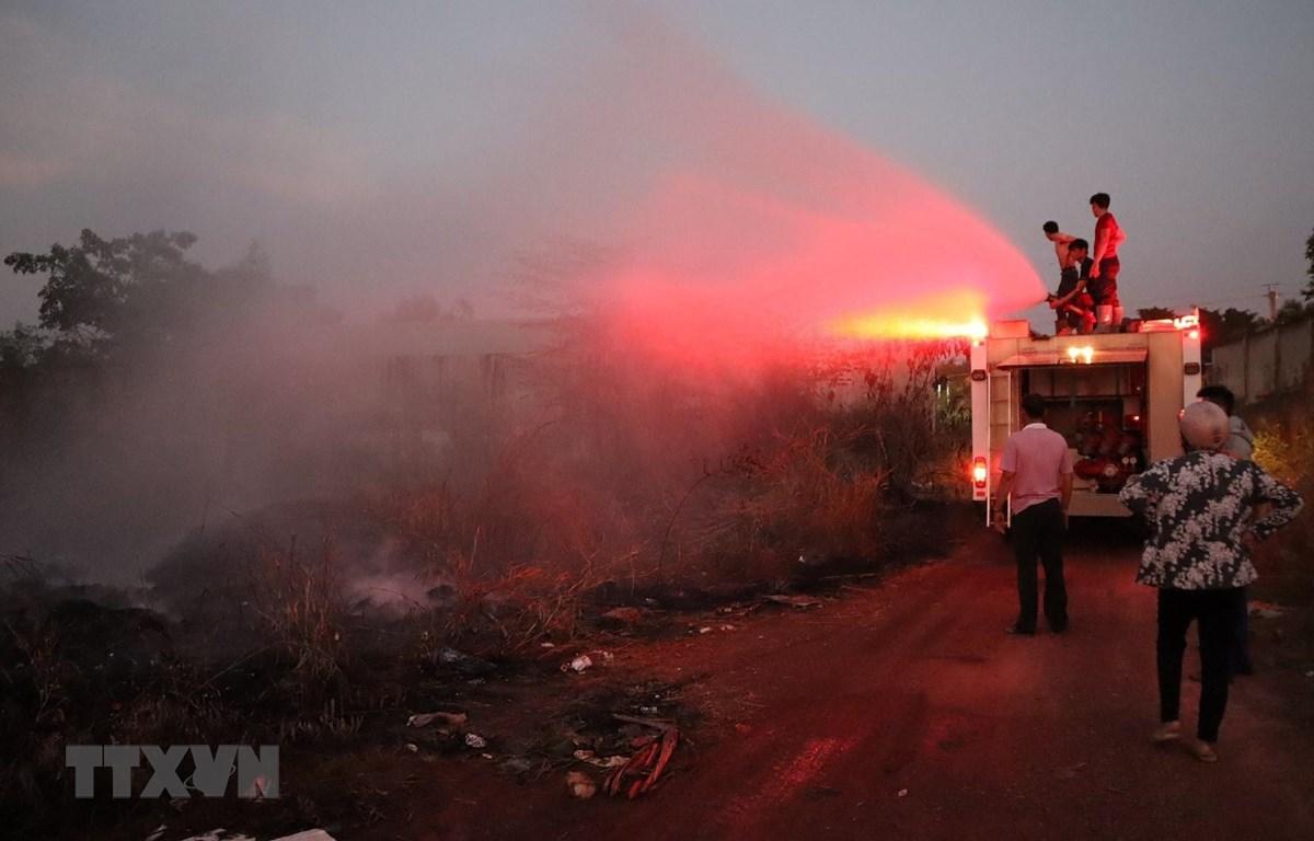 Lực lượng chữa cháy khống chế vụ hoả hoạn. (Ảnh: Đậu Tất Thành/TTXVN)