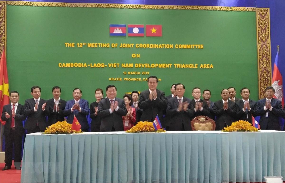 Các đại biểu chúc mừng thành công của hội nghị sau lễ ký biên bản. (Ảnh: Phan Minh Hưng/TTXVN)