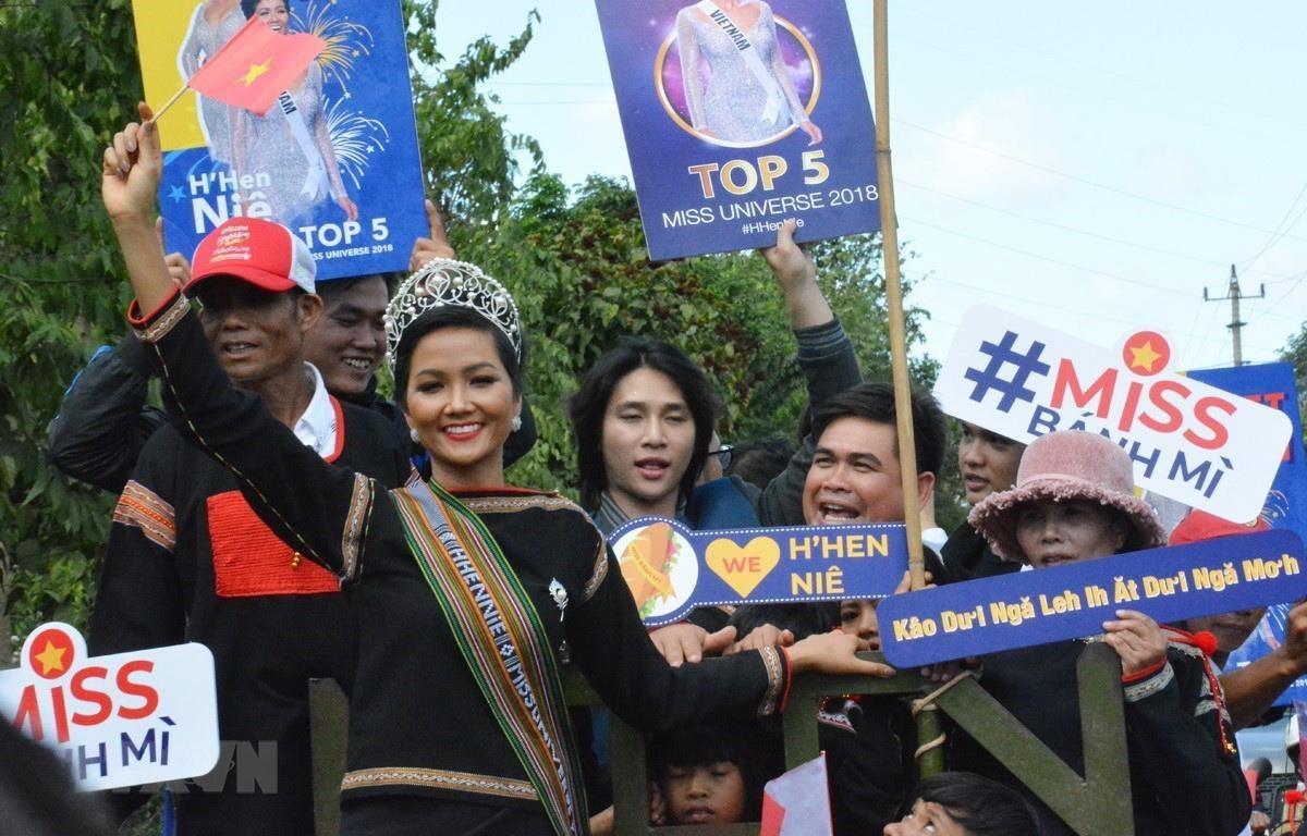 Hoa hậu Hoàn vũ Việt Nam H'Hen Niê về thăm quê nhà trong sự chào đón của đông đảo người dân địa phương. (Ảnh: Tuấn Anh/TTXVN)