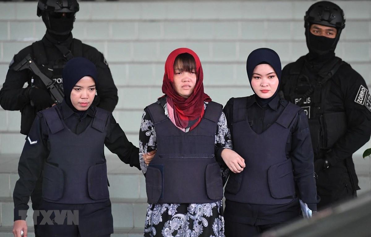 Cảnh sát áp giải Đoàn Thị Hương (giữa) rời Tòa Thượng thẩm Shah Alam ở ngoại ô Kuala Lumpur, Malaysia. (Nguồn: AFP/TTXVN)