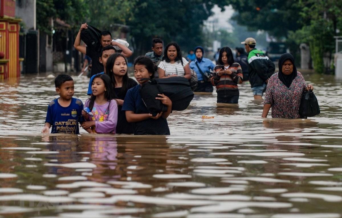Sơ tán người dân khỏi khu vực ngập lụt sau mưa lớn tại làng Dayeuhkolot ở Bandung, Tây Java, Indonesia. (Nguồn: AFP/TTXVN)