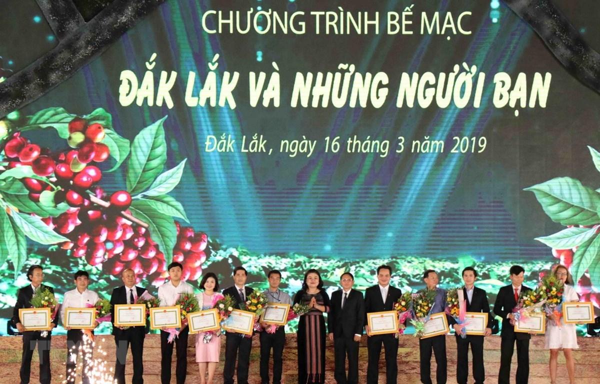 Ban tổ chức trao hoa và bằng khen cho các nhà tài trợ, các đoàn tham gia lễ hội. (Ảnh: Phạm Cường/TTXVN)