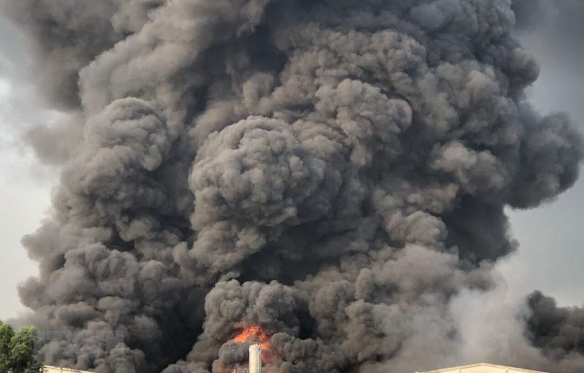 Hiện trường vụ cháy tại công ty sản xuất đèn cầy. (Ảnh: Thanh Tân/TTXVN)