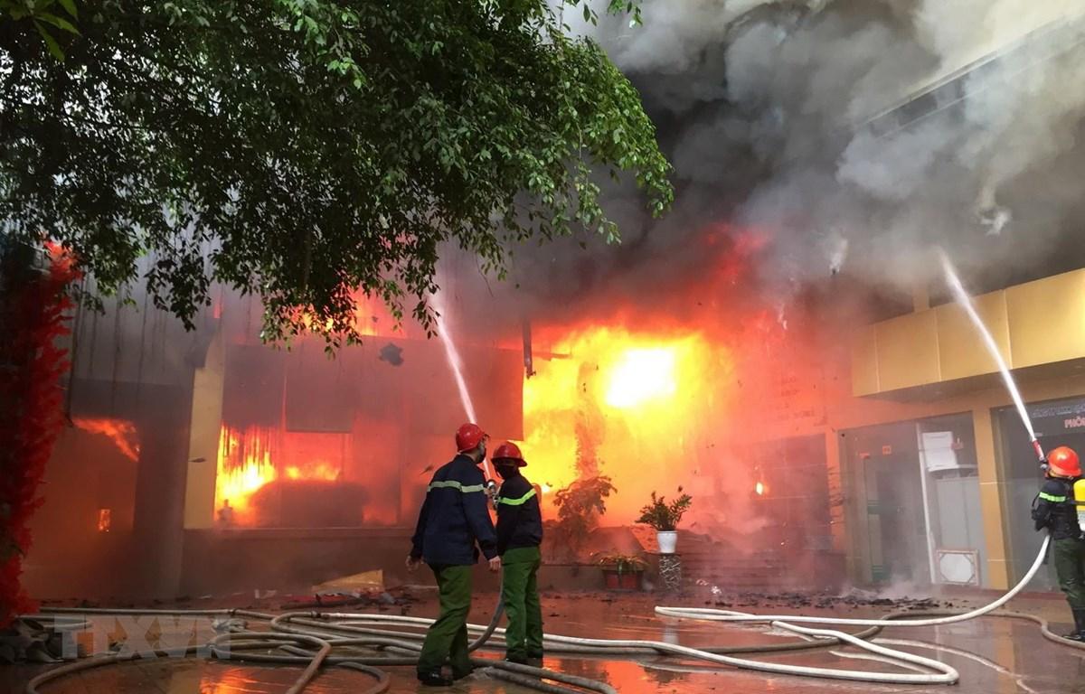 Ngọn lửa bùng phát lớn tại khu vực tầng 1. (Ảnh: Nguyễn Oanh/TTXVN)