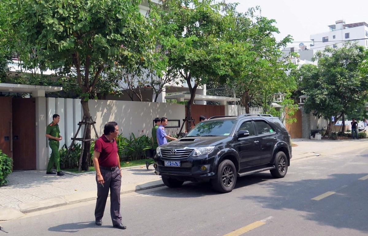 Cơ quan chức năng đến khám nhà ông Nguyễn Ngọc Tuấn. (Ảnh: Nguyễn Sơn/TTXVN)