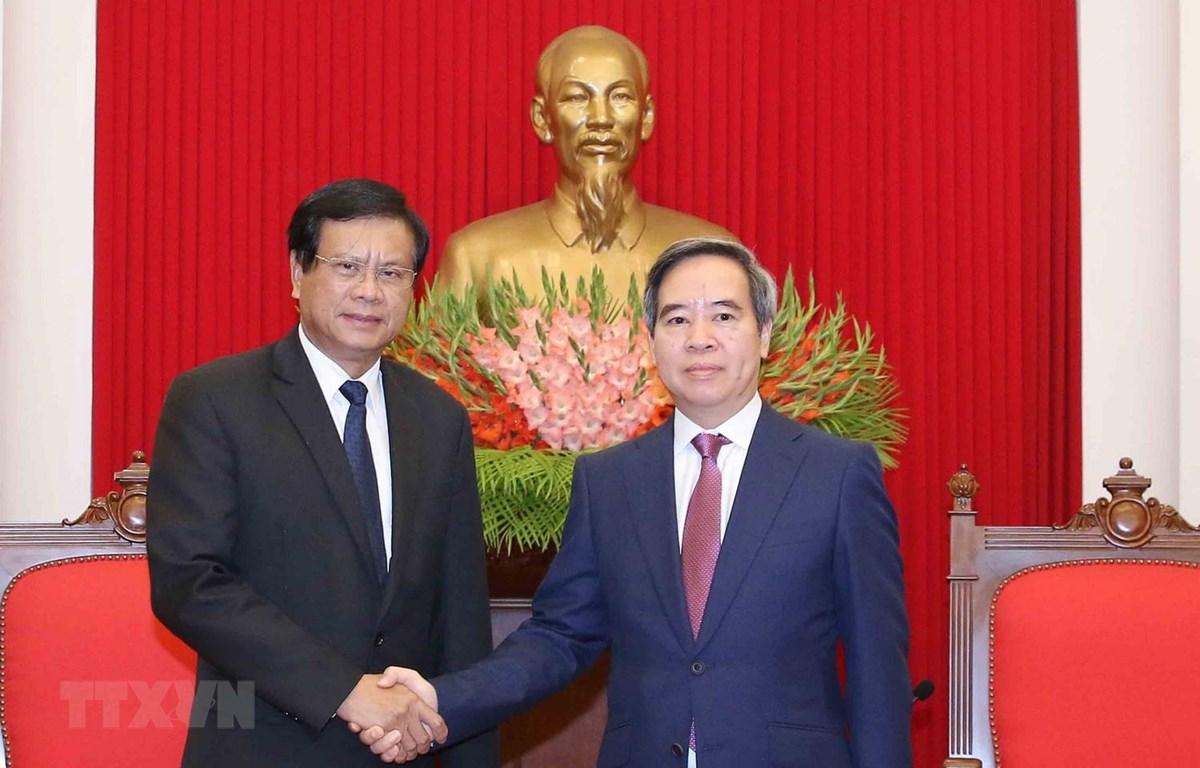 Trưởng Ban Kinh tế Trung ương Nguyễn Văn Bình và nguyên Thủ tướng Lào, Viện trưởng Viện Nghiên cứu Kinh tế quốc gia Lào Bouasone Bouphavanh. (Ảnh: Phương Hoa/TTXVN)