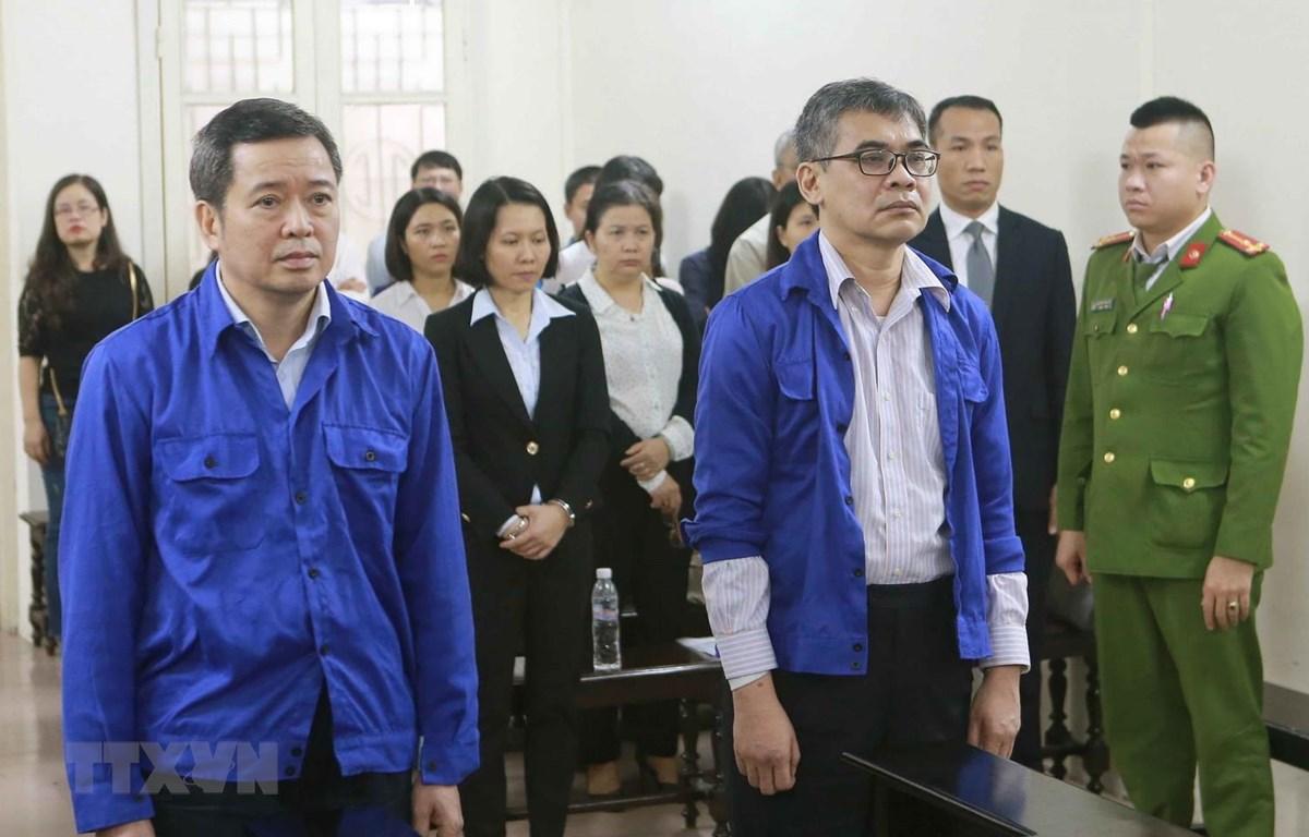 Bị cáo Võ Quang Huy (đứng bên trái) và bị cáo Từ Thành Nghĩa (đứng bên phải) tại phiên tòa. (Ảnh: Doãn Tấn/TTXVN)