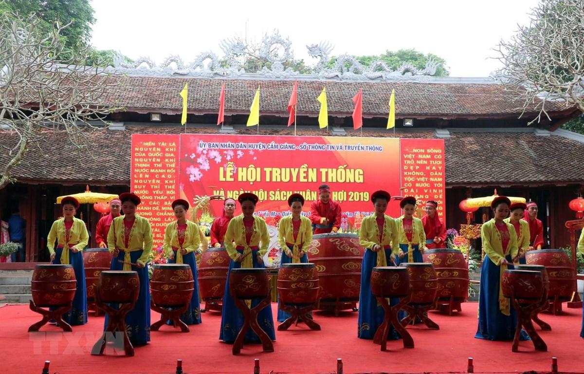 Tiết mục trống hội tại Lễ hội truyền thống Văn Miếu Mao Điền và Ngày hội sách xuân 2019. (Ảnh: Mạnh Tú/TTXVN)