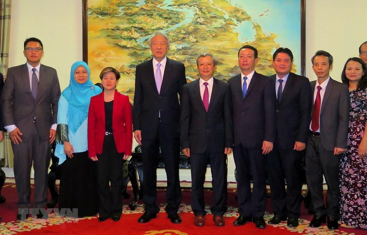 Phó Thủ tướng, Bộ trưởng Điều phối An ninh quốc gia Singapore Tiêu Chí Hiền chụp ảnh lưu niệm với lãnh đạo tỉnh Thừa Thiên-Huế. (Ảnh: Tường Vi/TTXVN)