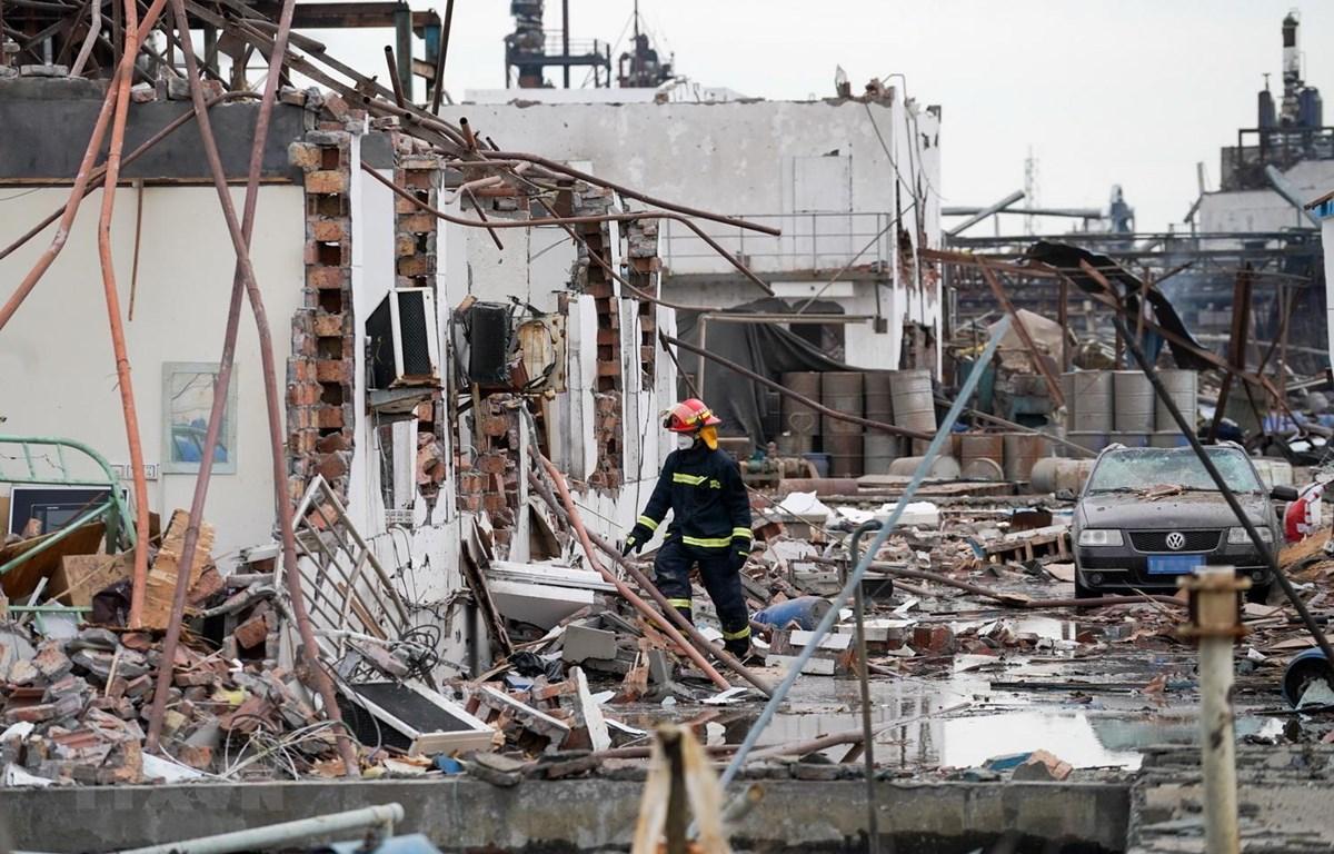 Lực lượng cứu hộ khắc phục hậu quả vụ nổ nhà máy phân bón ở Diêm Thành, Trung Quốc. (Nguồn: THX/TTXVN)