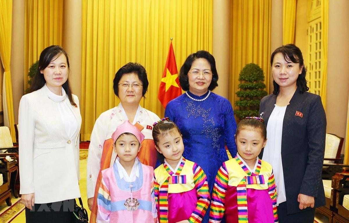 Phó Chủ tịch nước Đặng Thị Ngọc Thịnh chụp ảnh chung với bà Ri Kang-juk và các đại biểu Triều Tiên. (Ảnh: Dương Giang/TTXVN)