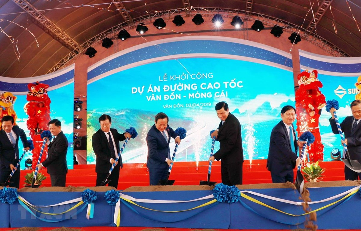 Phó Thủ tướng Trịnh Đình Dũng và các đại biểu thực hiện hiện nghi thức khởi công cao tốc Vân Đồn-Móng Cái. (Ảnh: Văn Đức/TTXVN)