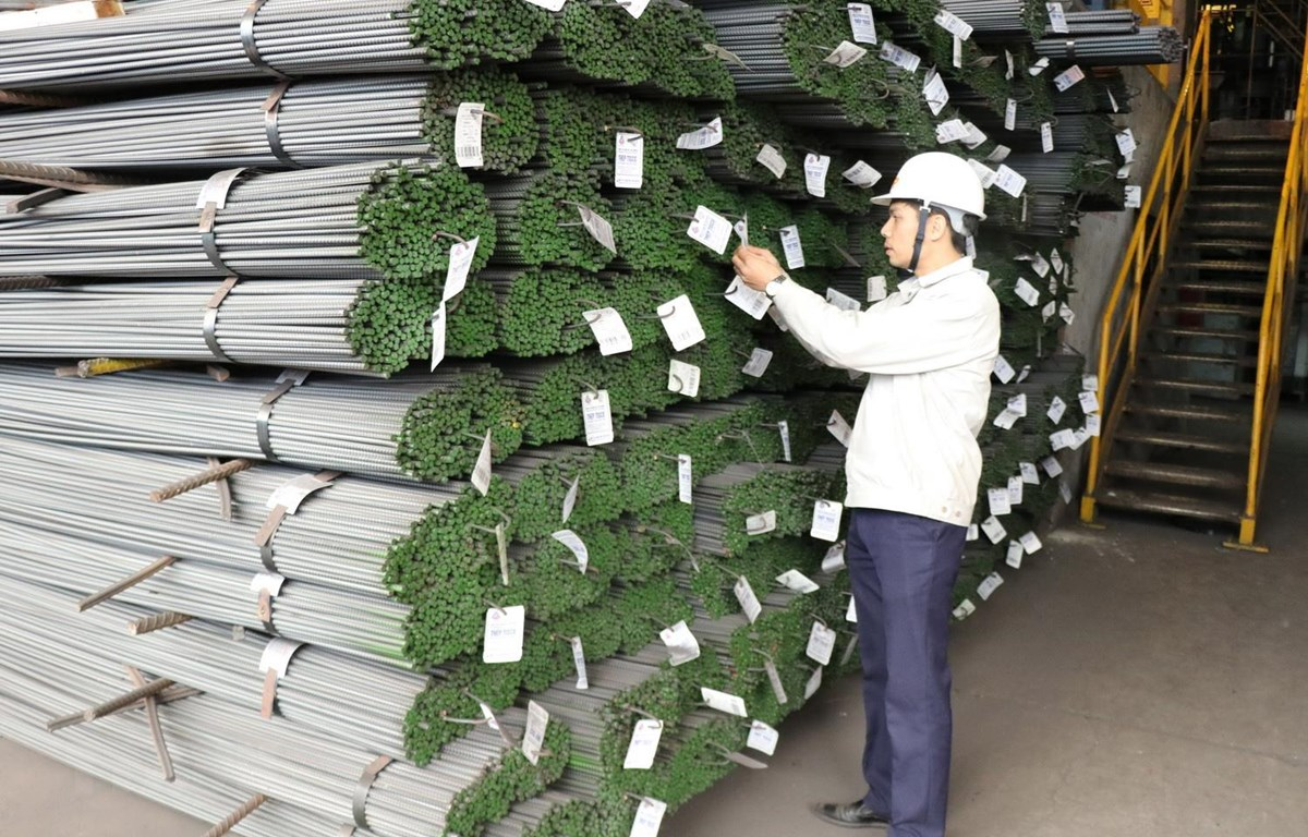 Cán bộ kỹ thuật Công ty Cổ phần gang thép Thái Nguyên kiểm tra thép trước khi xuất xưởng. (Ảnh: Hoàng Nguyên/TTXVN)