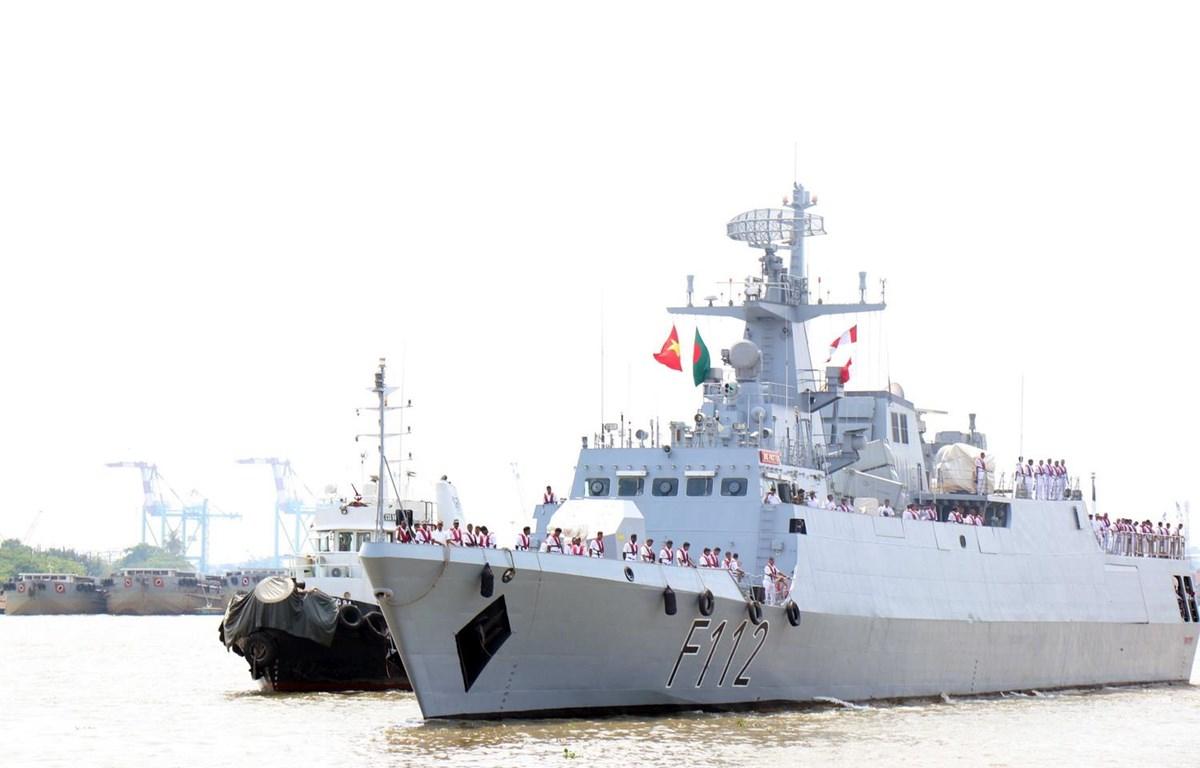 Tàu hộ vệ BNS PROTTOY (F112) được tàu lai dắt cập cảng Sài Gòn. (Ảnh: Xuân Khu/TTXVN)