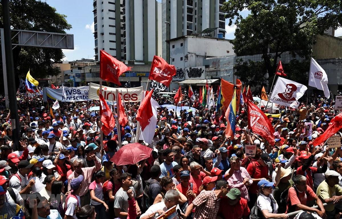 Người dân tuần hành ủng hộ Tổng thống Venezuela Nicolas Maduro tại thủ đô Caracas. (Nguồn: AFP/TTXVN)