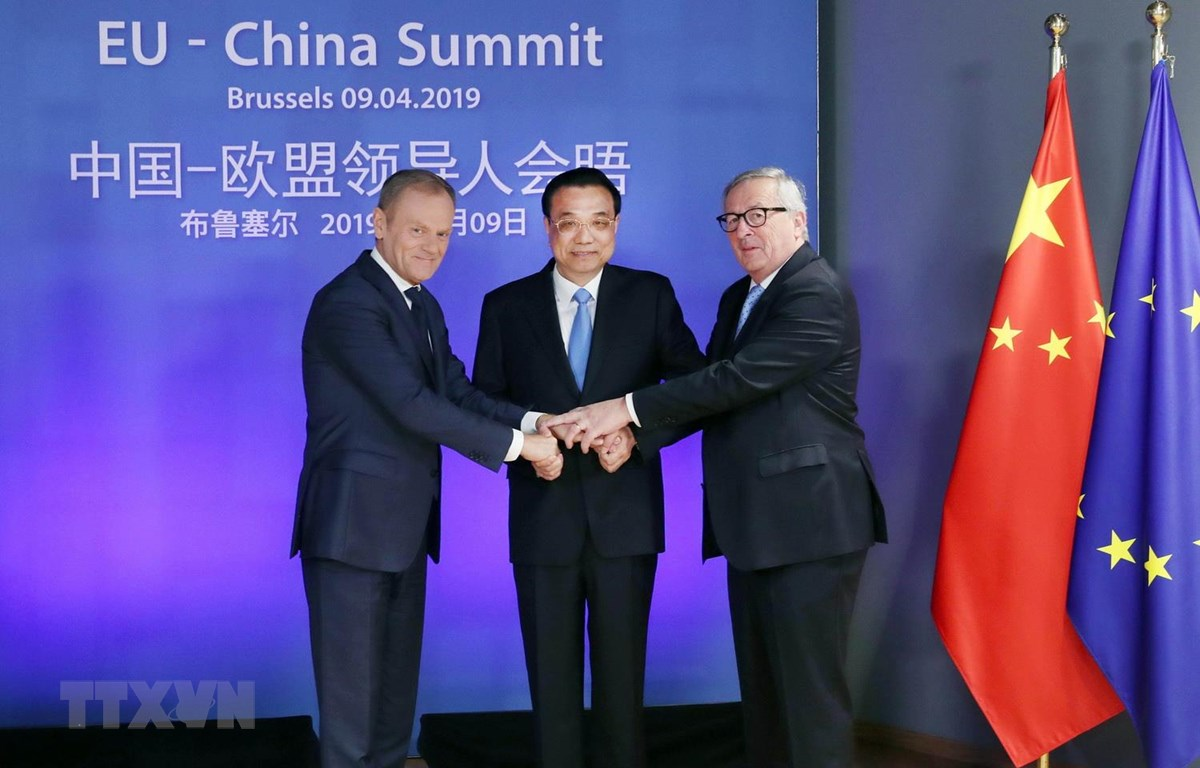 (Từ trái sang): Chủ tịch Hội đồng châu Âu Donald Tusk, Thủ tướng Trung Quốc Lý Khắc Cường và Chủ tịch Ủy ban châu Âu Jean-Claude Juncker tại Hội nghị các nhà lãnh đạo EU-Trung Quốc ở Brussels, Bỉ ngày 9/4. (Nguồn: THX/TTXVN)