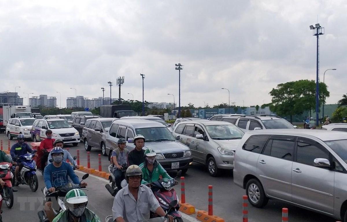 Các phương tiện ùn ứ kéo dài, di chuyển chậm trước cửa hầm vượt sông Sài Gòn. (Ảnh: Hoàng Hải/TTXVN)