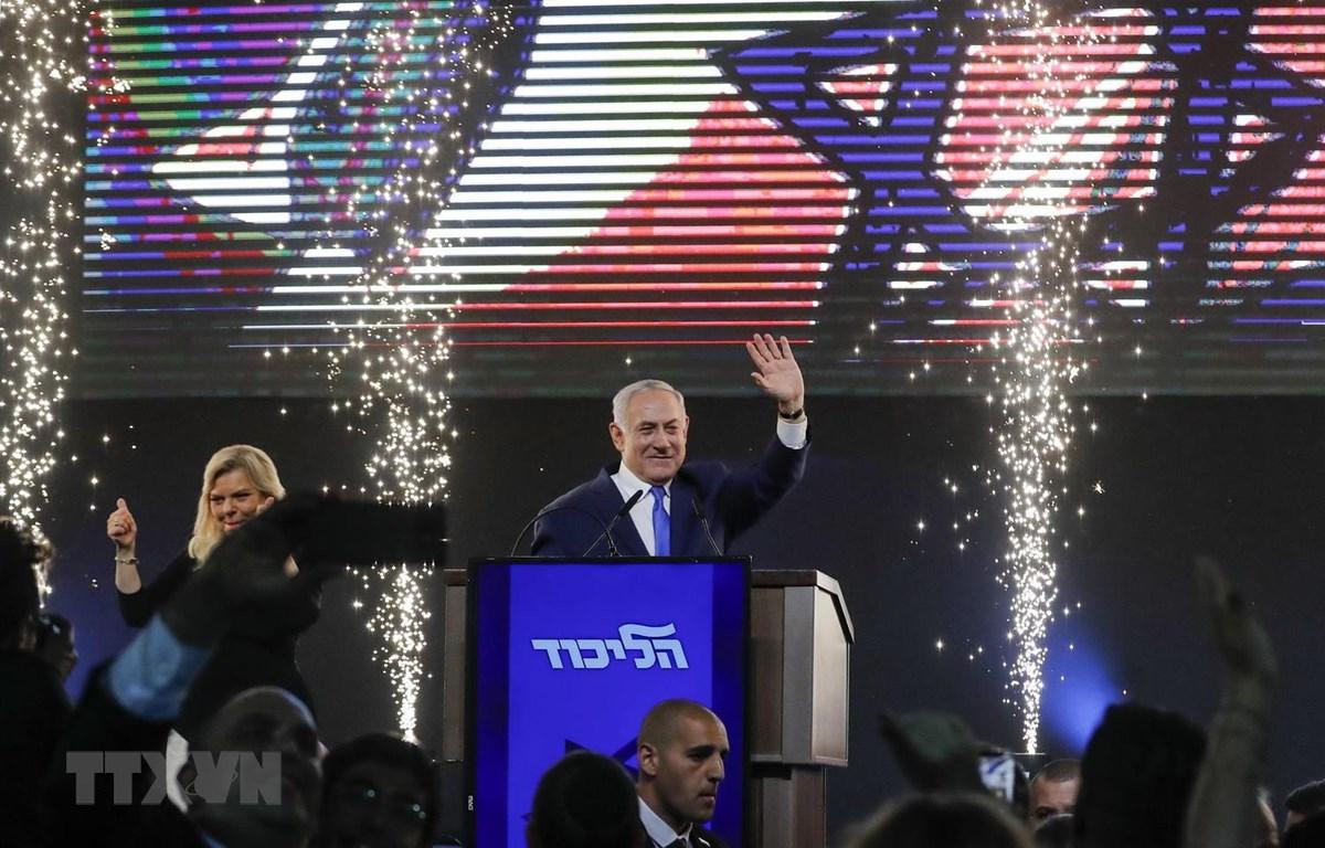 Thủ tướng Israel Benjamin Netanyahu (giữa) và phu nhân Sara vẫy chào những người ủng hộ sau cuộc tổng tuyển cử tại trụ sở đảng Likud ở Tel Aviv. (Nguồn: AFP/TTXVN)