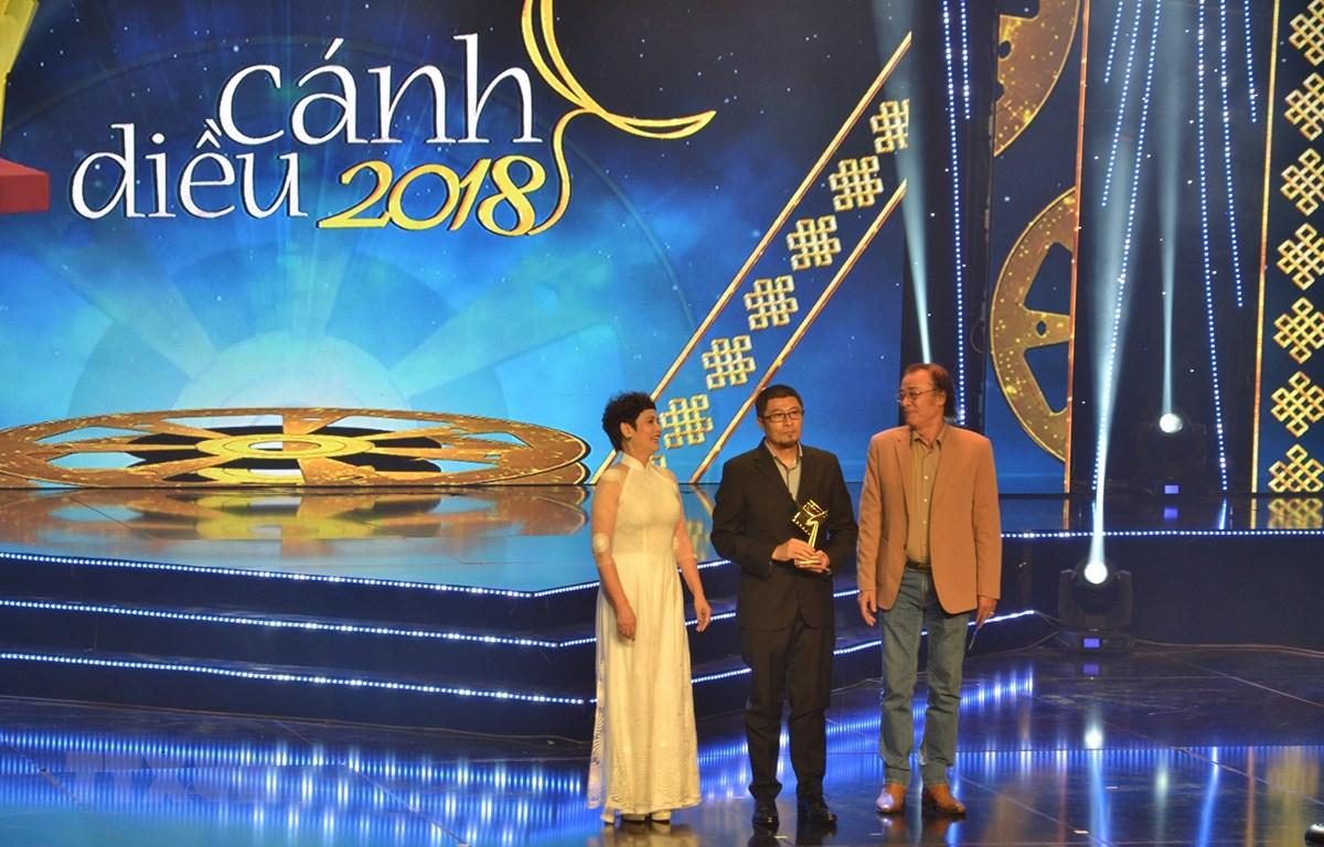 Đạo diễn Charlie Nguyễn nhận Giải Cánh diều Vàng hạng mục Phim điện ảnh và Đạo diễn xuất sắc nhất. (Ảnh: Gia Thuận/TTXVN)
