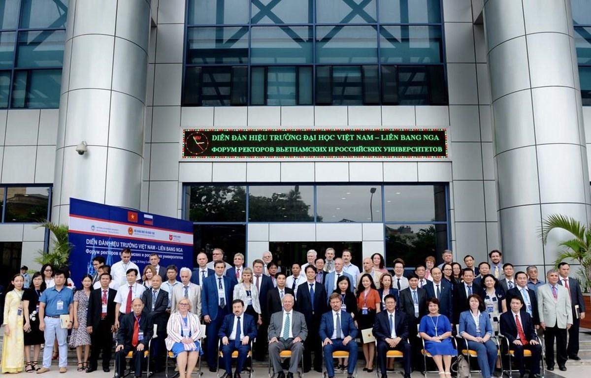 Lãnh đạo các trường đại học Việt Nam - Liên bang Nga tham dự Diễn đàn. (Ảnh: Việt Hà/TTXVN)