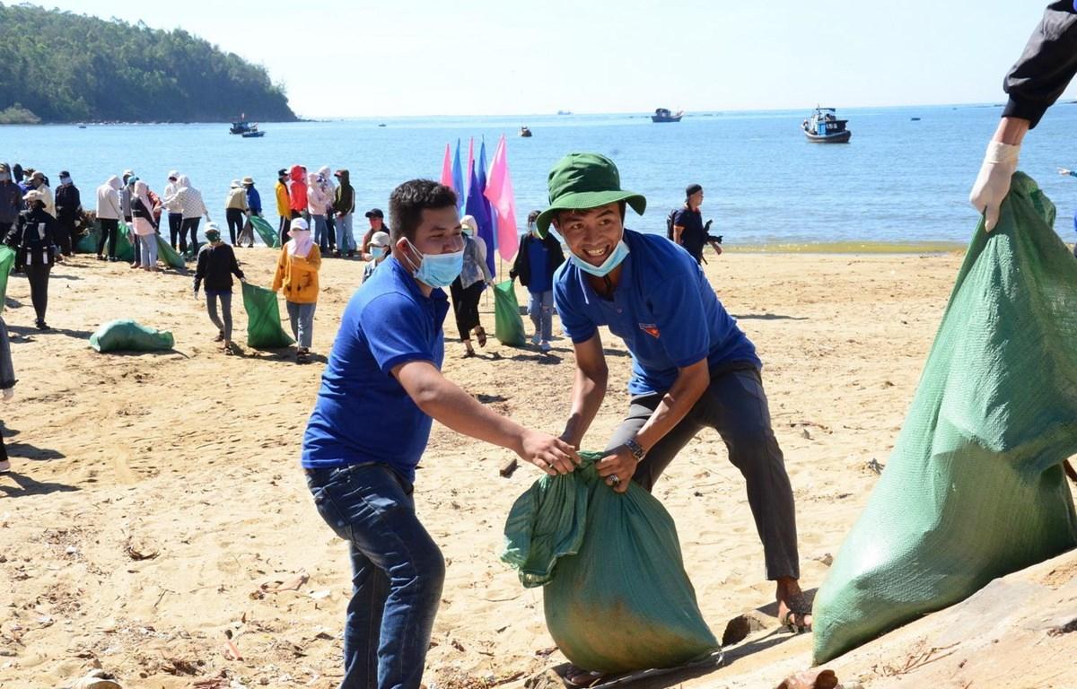 Đoàn viên thanh niên ra quân làm sạch biển. (Ảnh: Đinh Hương/TTXVN)