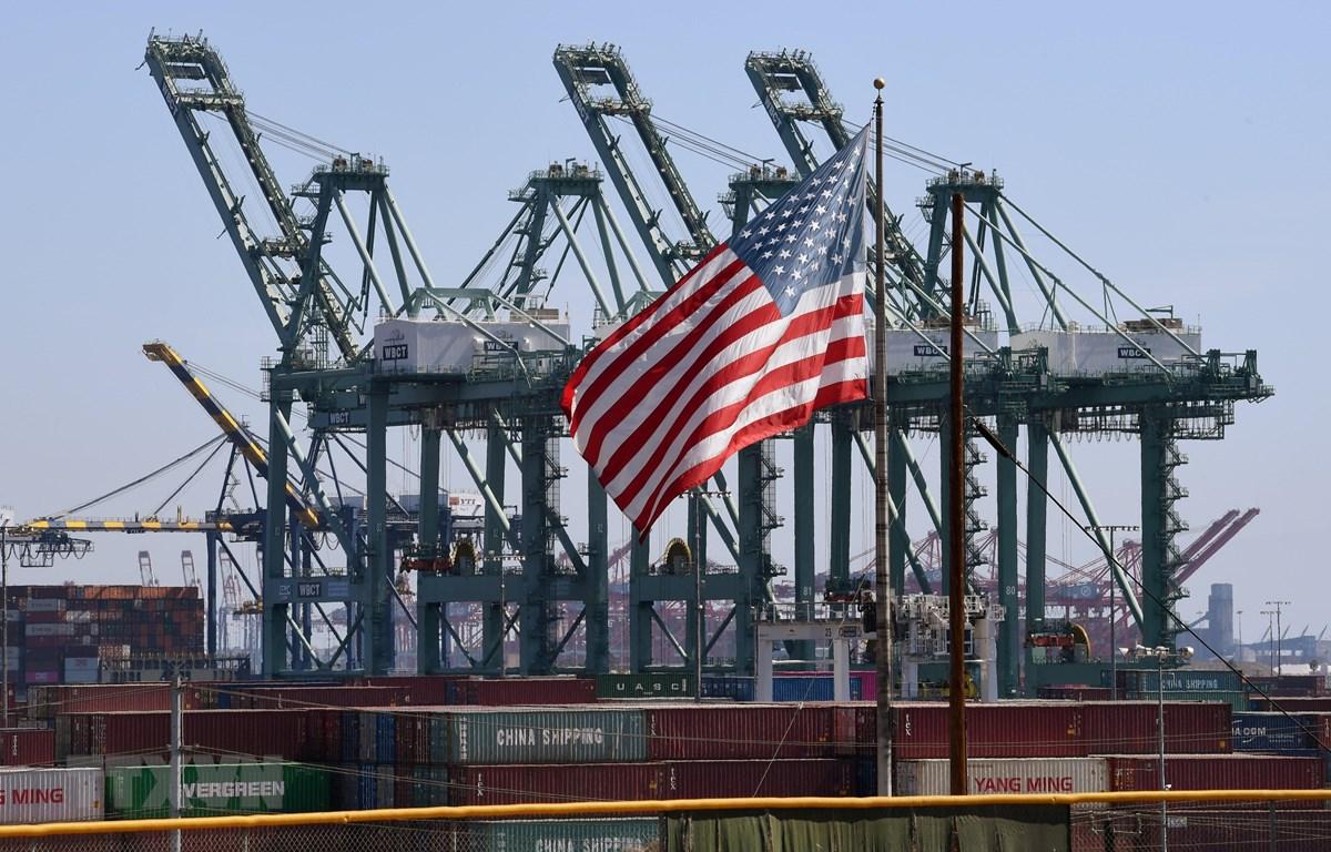 Các coantainer hàng hóa chờ bốc dỡ tại cảng Long Beach ở Los Angeles, Mỹ. (Ảnh: AFP/TTXVN)
