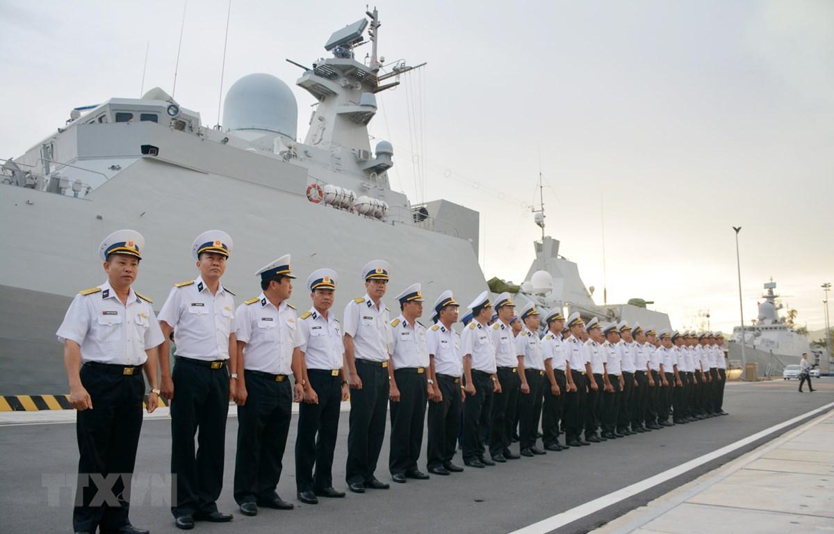 Sỹ quan và thủy thủ tàu Hộ vệ tên lửa 016 dự lễ chào cờ rời cảng bắt đầu chuyến thăm Liên bang Nga. (Ảnh: Hồng Pha/TTXVN phát)