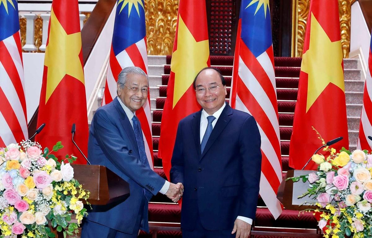 Thủ tướng Nguyễn Xuân Phúc và Thủ tướng Malaysia Mahathir Mohamad chủ trì buổi họp báo. (Ảnh: Thống Nhất/TTXVN)