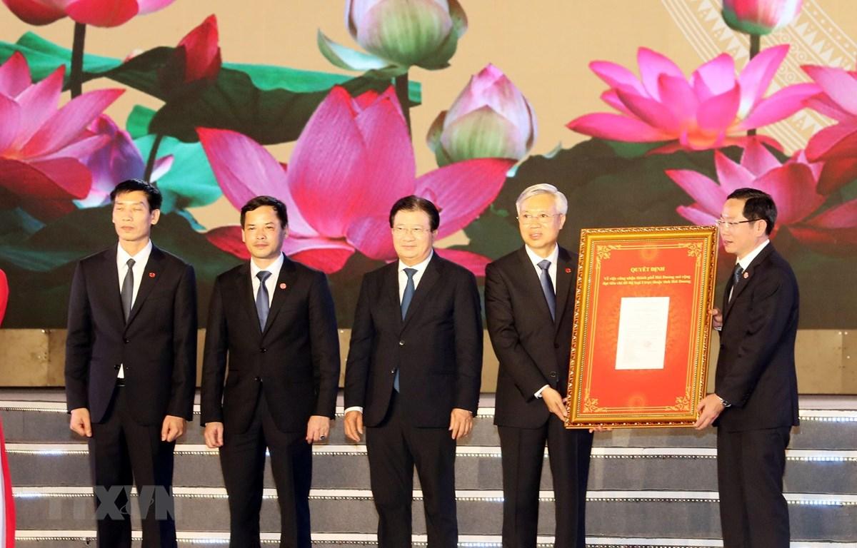 Phó Thủ tướng Trịnh Đình Dũng trao Quyết định của Thủ tướng Chính phủ công nhận đô thị loại 1 cho thành phố Hải Dương. (Ảnh: Trọng Đức/TTXVN)