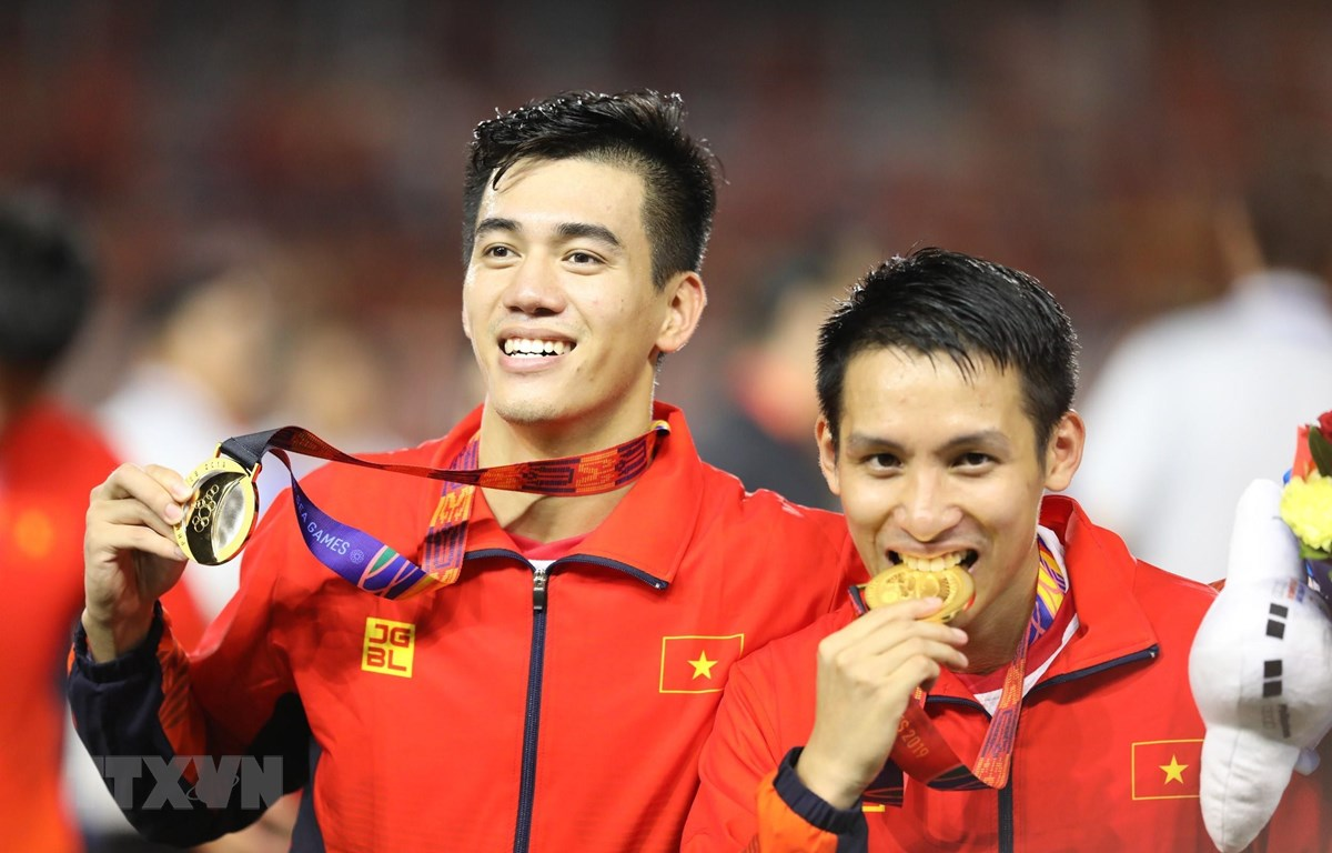 Trong ảnh: Tiền đạo Tiến Linh (trái) và tiền vệ Hùng Dũng. (Ảnh: Hoàng Linh/TTXVN)