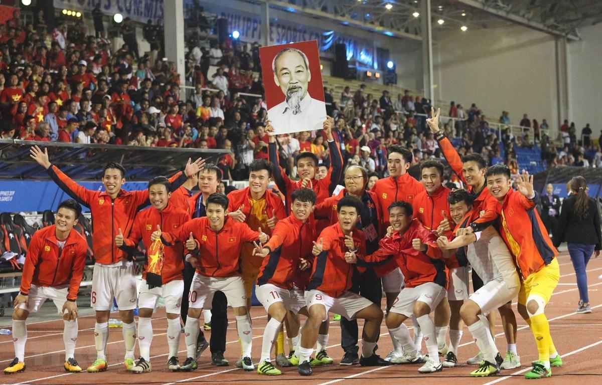 Đội U22 Việt Nam ăn mừng chiếc huy chương Vàng Sea Games lịch sử. (Ảnh: Hoàng Linh/TTXVN)