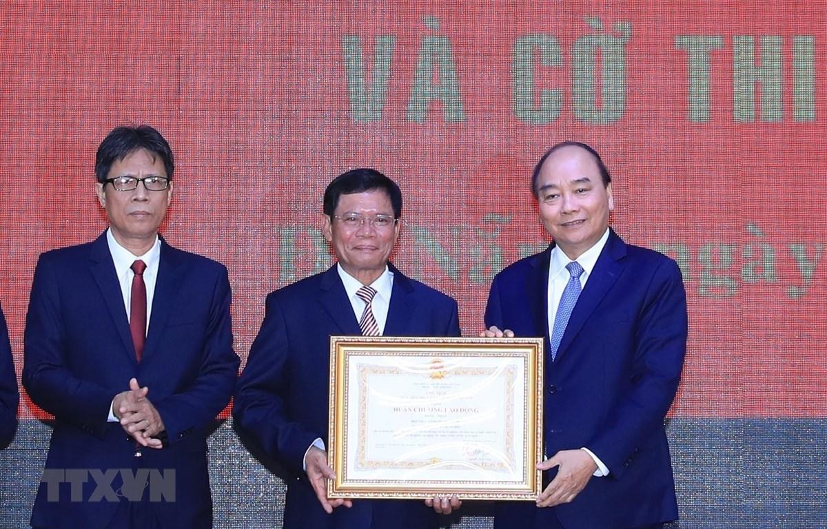Thủ tướng Nguyễn Xuân Phúc trao Huân chương Lao động hạng Nhất của Chủ tịch nước tặng Học viện Chính trị khu vực III. (Ảnh: Thống Nhất/TTXVN)