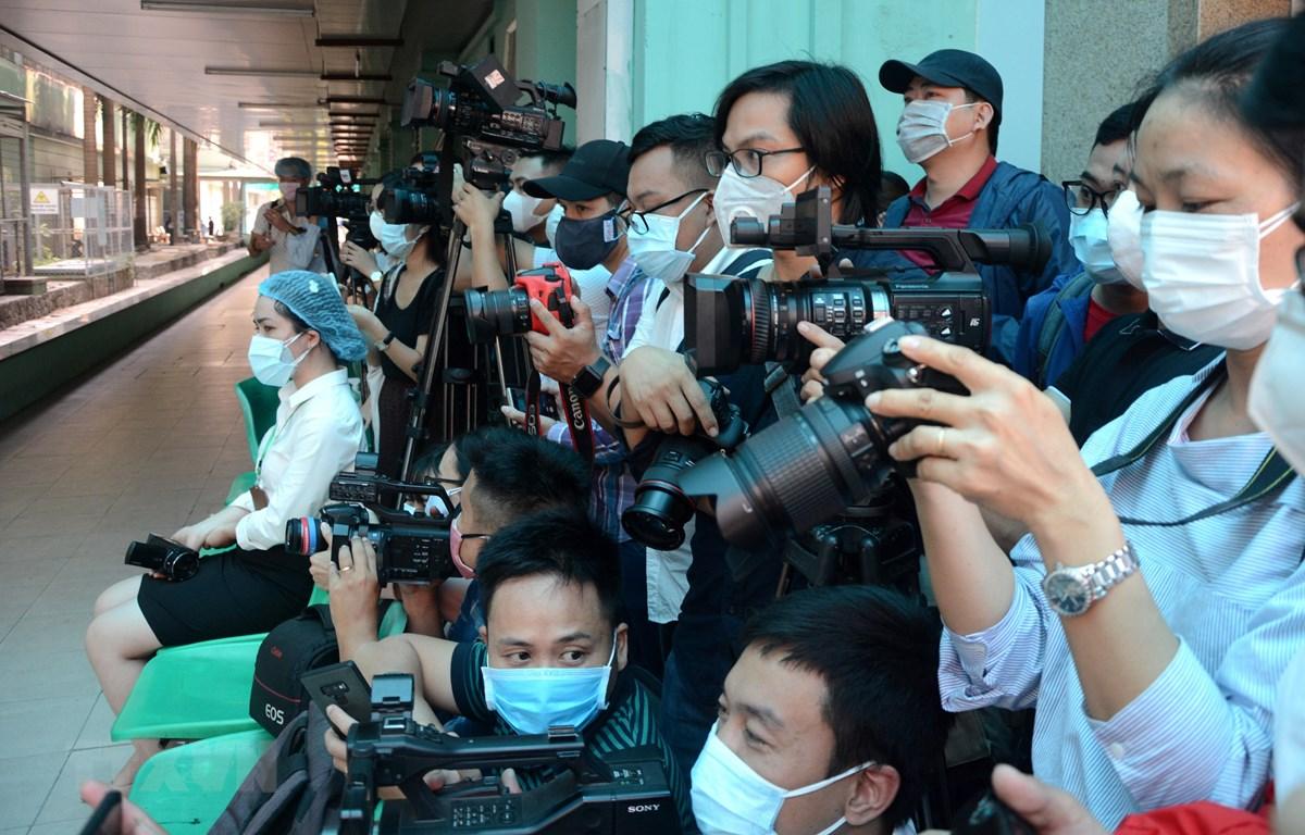 Các phóng viên là những chiến sỹ tuyến đầu trong cuộc chiến chống đại dịch thông tin. (Ảnh: Quốc Dũng/TTXVN)