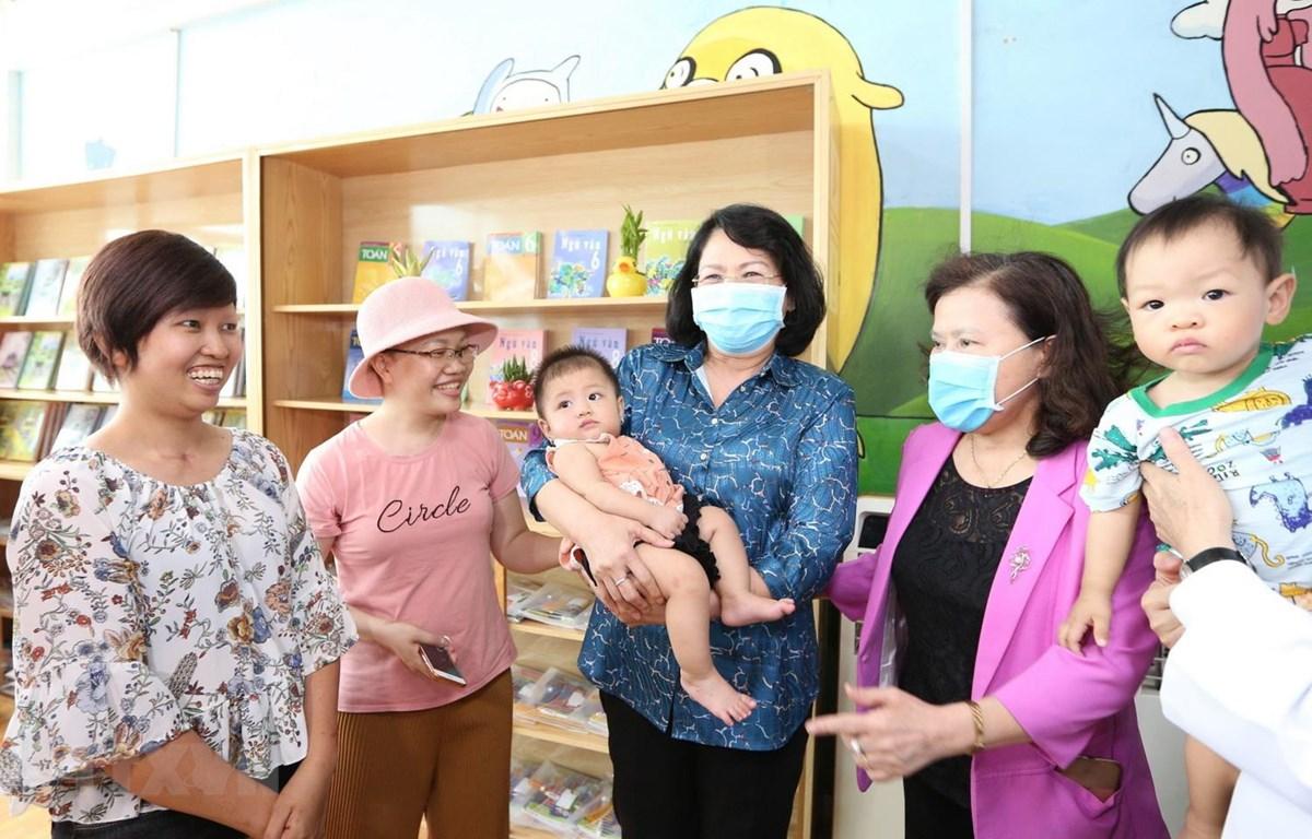 Phó Chủ tịch nước Đặng Thị Ngọc Thịnh thăm và động viên các bệnh nhi ung thư đang điều trị tại Bệnh viện K cơ sở Tân Triều. (Ảnh: Dương Giang/TTXVN)